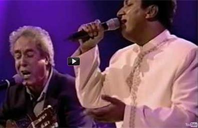 Dhroeh and Fernando sing: 'omhels me dan' (embrace me)